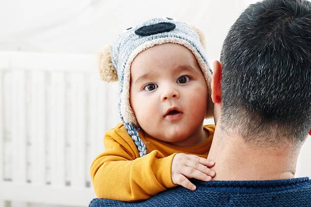 father burp baby boy after feeding breast - desperdício alimentar imagens e fotografias de stock