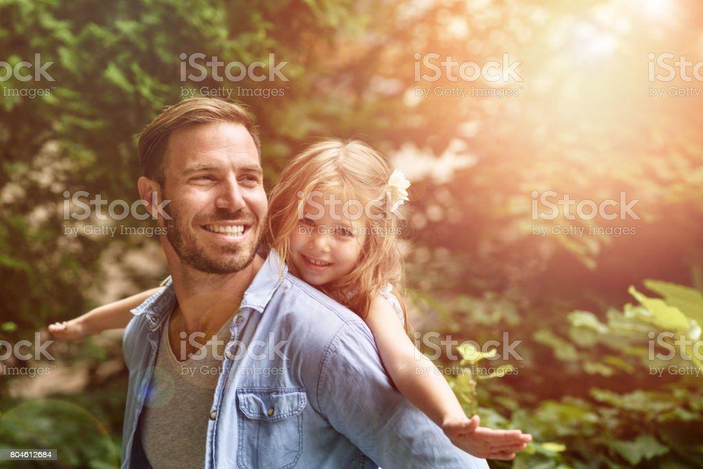 Vater tragen Tochter Huckepack nehmen Lizenzfreies stock-foto