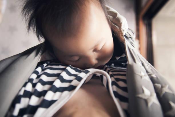 padre llevar a su bebé en casa - padre que se queda en casa fotografías e imágenes de stock