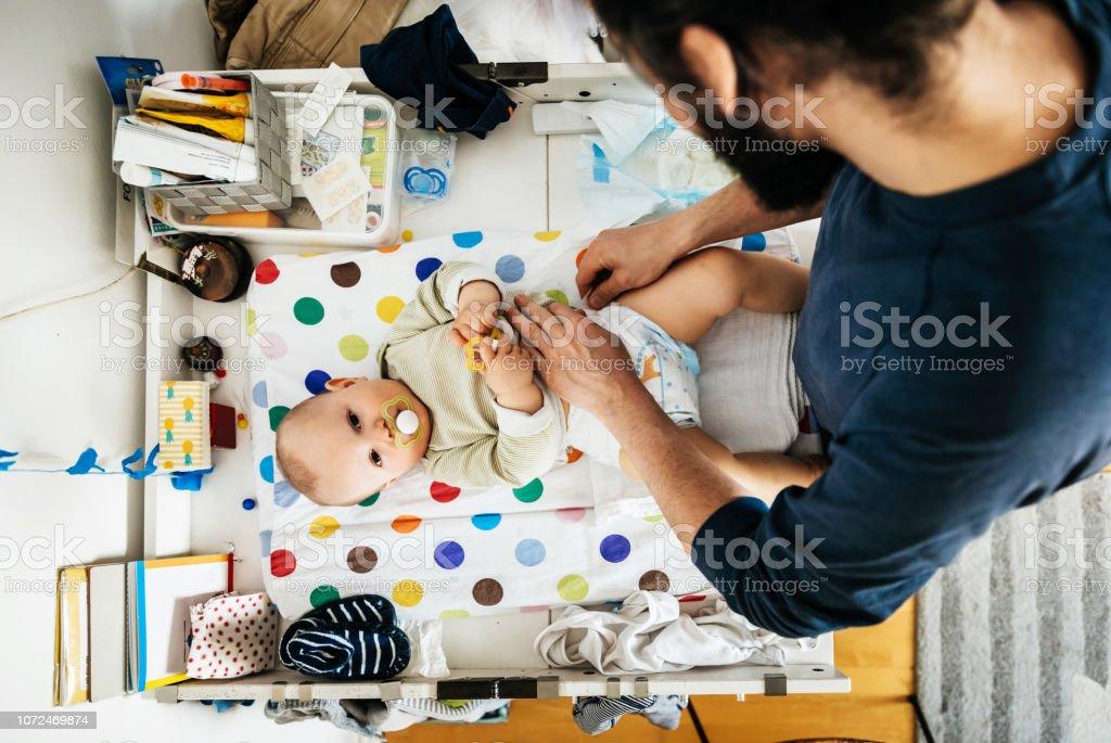 Vater sein Baby Windel ändern - Lizenzfrei Windel Stock-Foto