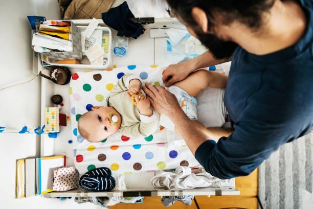 Vater sein Baby Windel ändern – Foto