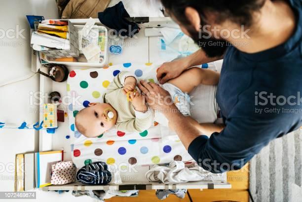 Vater Sein Baby Windel Ändern Stockfoto und mehr Bilder von Windel