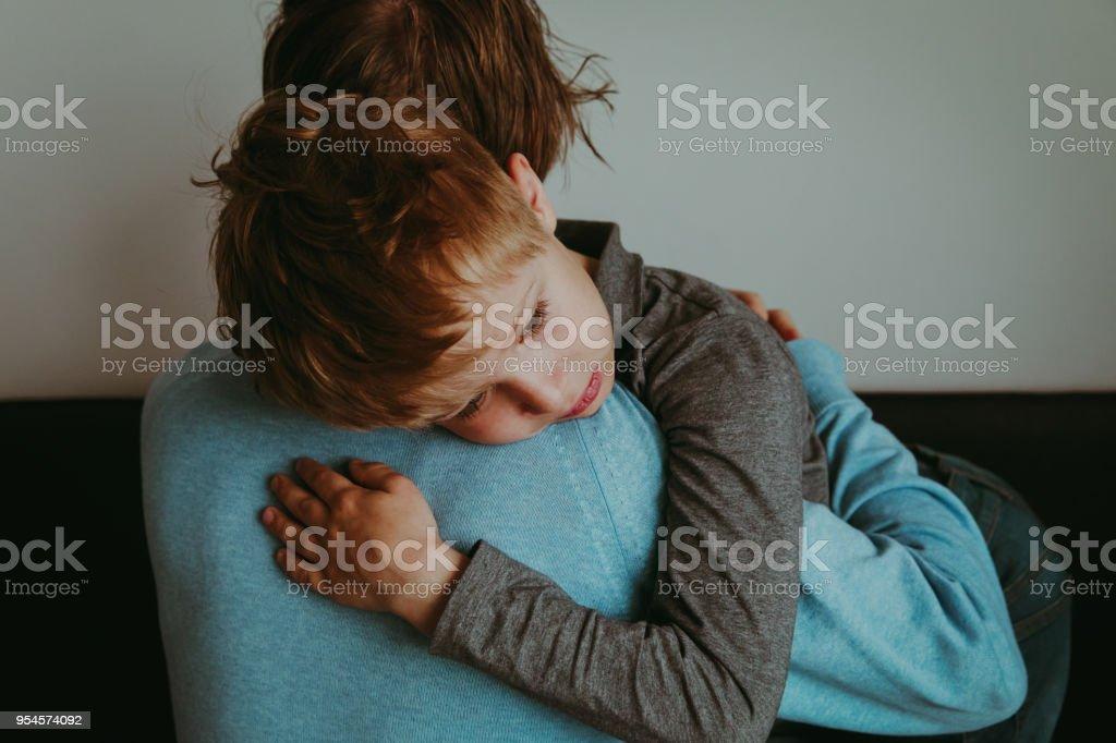 父親の子育て、悲しみ、励みの悲しい子 ストックフォト