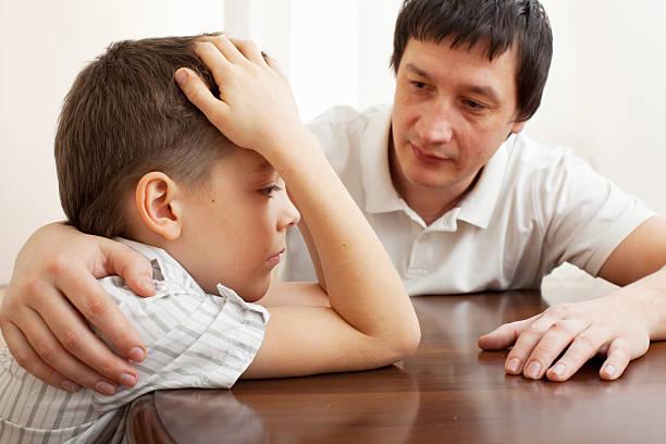 Vater Komfort eines traurigen Kind – Foto