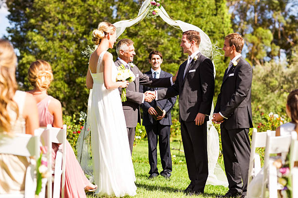 vater gratulieren und bräutigam bei der hochzeit im freien - trauzeuge glückwünsche stock-fotos und bilder