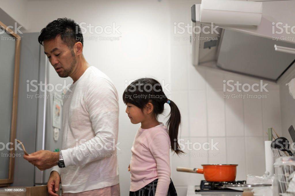 父娘とキッチンで料理 ストックフォト