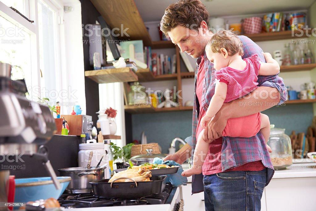 父と娘のお食事の調理を、キッチンを完備。 ストックフォト