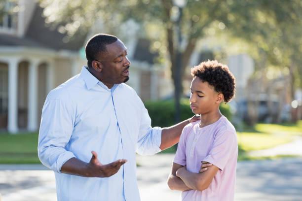 Vater diszipliniert oder Ratschläge für Teenager Junge – Foto