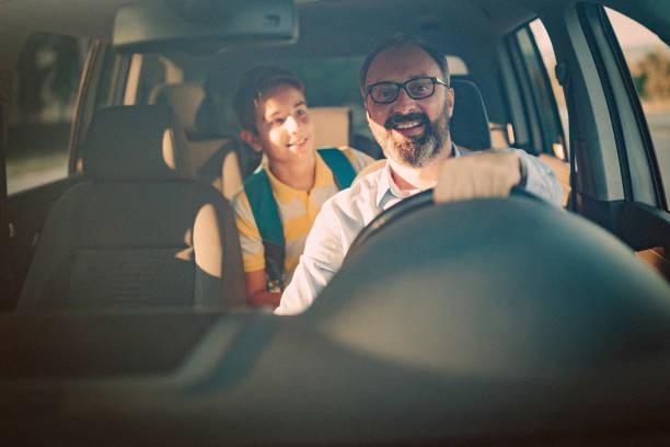 Vater seinen Sohn zur Schule fahren – Foto
