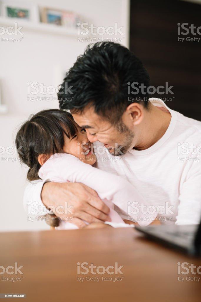 自宅で父の受け入れの娘です。 ストックフォト