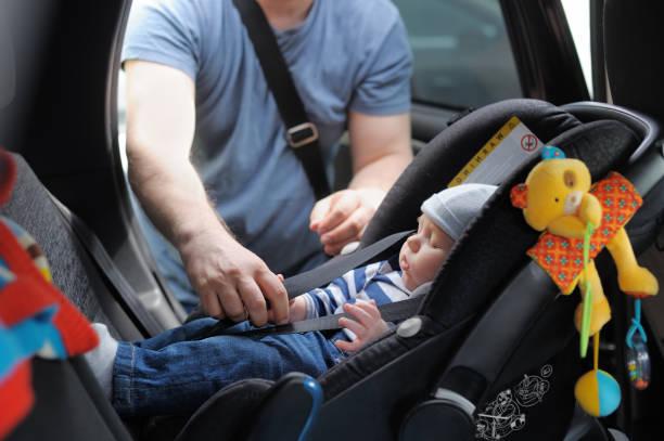 père le fixer son petit fils de siège-auto - child car sleep photos et images de collection