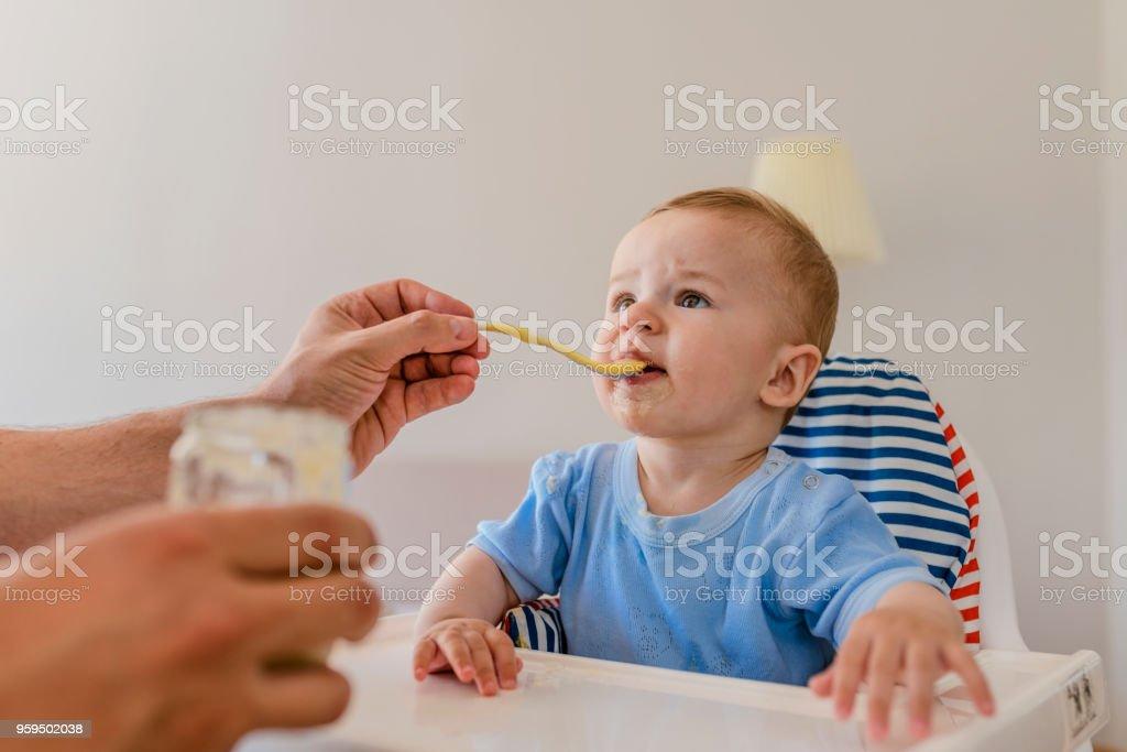 Vater, die Fütterung baby – Foto