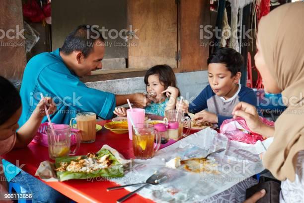 Far Utfodring Dotter Sitter Med Familj-foton och fler bilder på 10-11 år