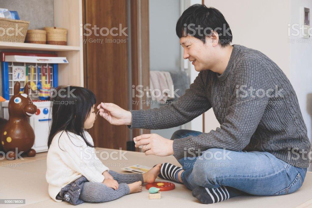 彼の女の赤ちゃんを授乳の父 ストックフォト