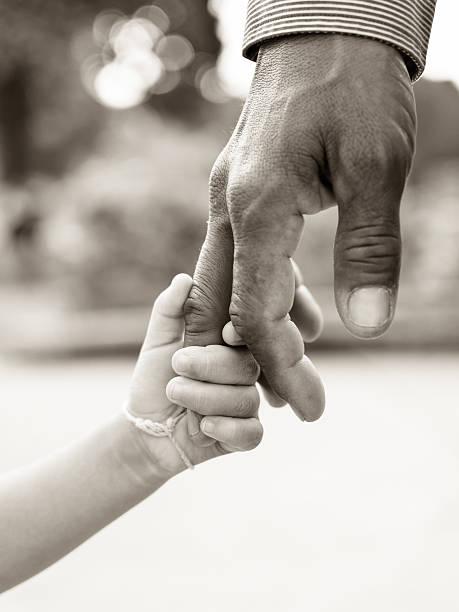Vater geben hand, um ein Kind – Foto