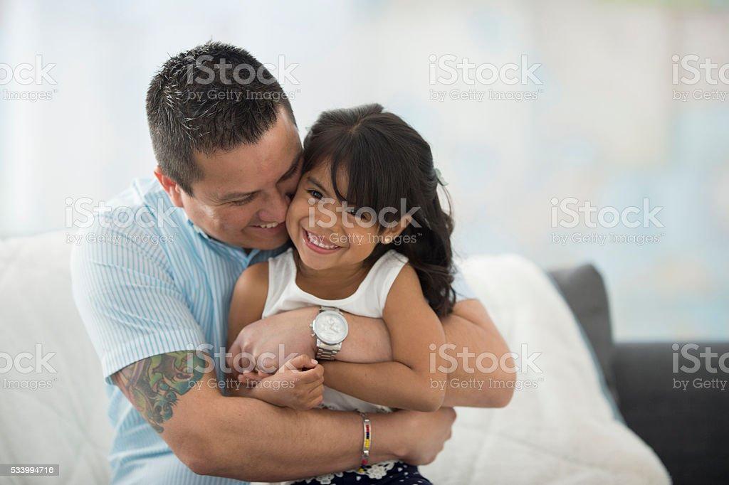 Vater gibt seine Tochter eine Umarmung – Foto