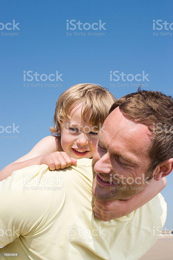Vater gibt seinem Sohn ein Huckepack nehmen Lizenzfreies stock-foto