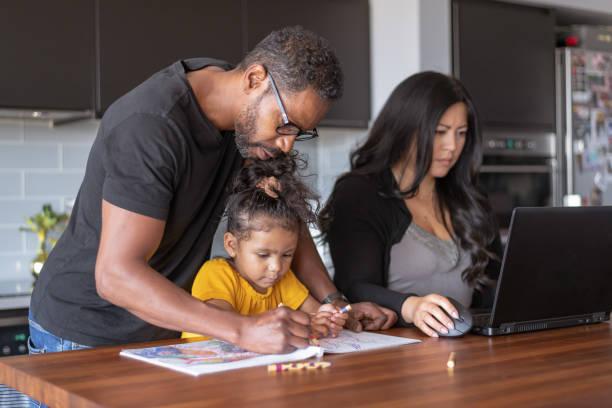 far hjälpa dotter med skolan uppdrag medan hustru arbetar på bärbar dator - working from home bildbanksfoton och bilder