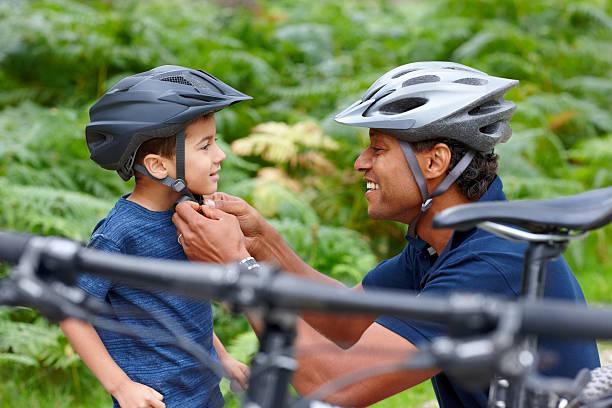 père aide fils de mettre le casque - casque de protection au sport photos et images de collection