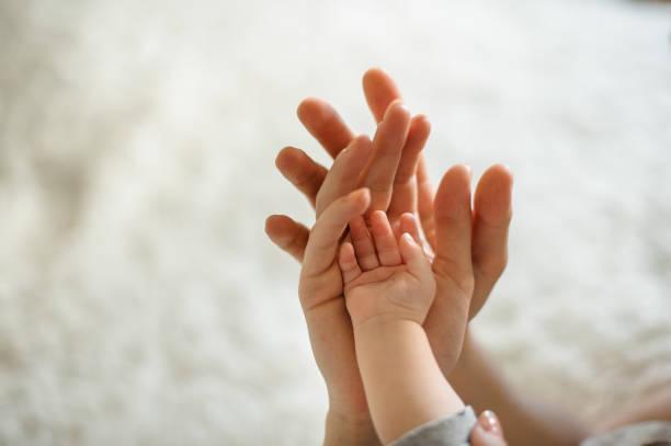 vader hand in hand voor zijn vrouw en hun kleine schattige dochter - verduisterd gezicht stockfoto's en -beelden