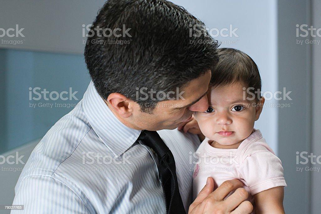 父と娘を持つ彼の赤ちゃん ロイヤリティフリーストックフォト