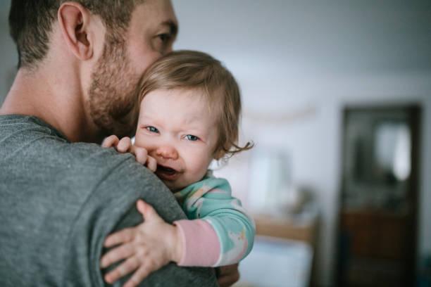 vater holding kind krank mit erkältungsvirus - genderblend stock-fotos und bilder