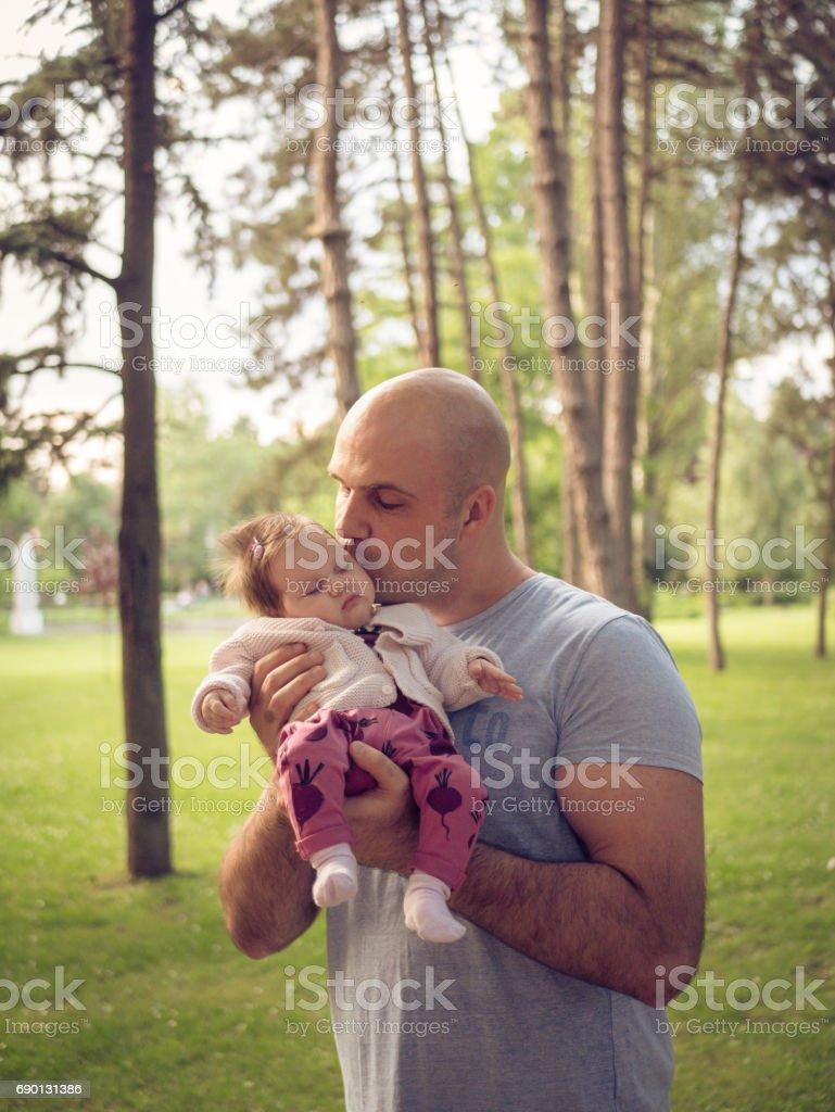 Vater holding Neugeborenes baby Mädchen Lizenzfreies stock-foto