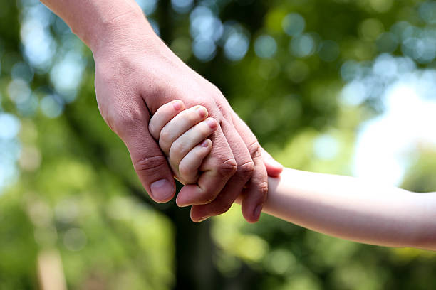 Vater hält die hand eines kleinen Kindes – Foto