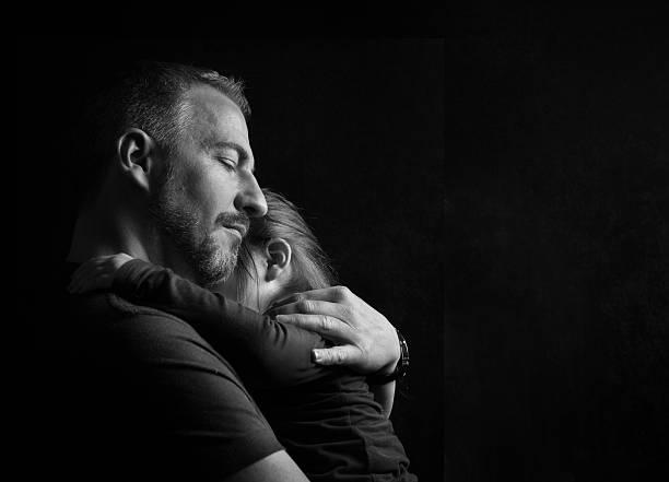 Vater Tochter zart umarmen  – Foto