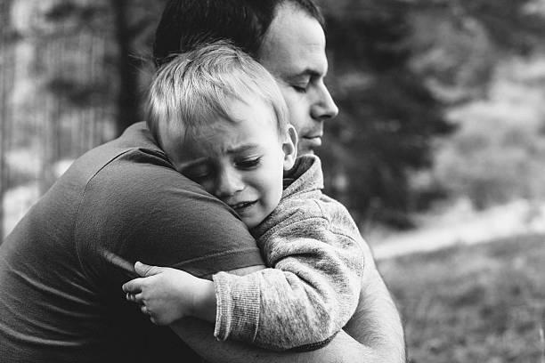 vater seinen sohn zu umarmen weinen - fails zum thema eltern stock-fotos und bilder