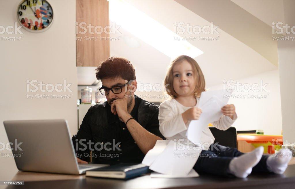 Vater ist beschäftigt mit Arbeit, sein Kind nicht sehen – Foto
