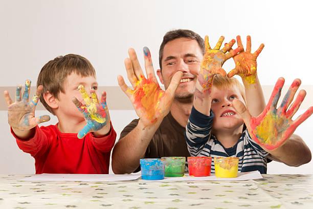 vater mit seinen kindern ist malerei - bemalte tontöpfe stock-fotos und bilder