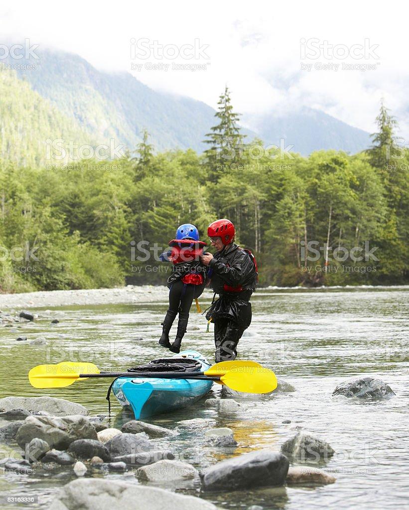 Padre figlio di sollevamento in kayak. foto stock royalty-free