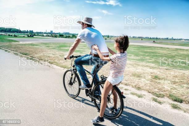 Vater Auf Fahrrad Mit Teenagertochter Auf Dem Träger Stockfoto und mehr Bilder von 12-13 Jahre