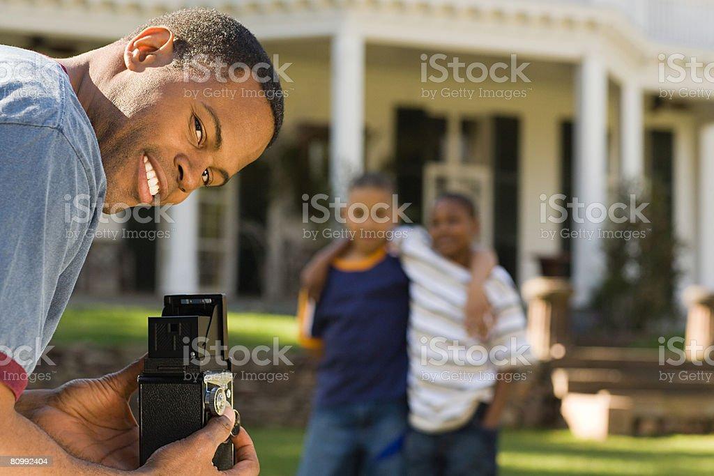 Vater Fotografieren sons Lizenzfreies stock-foto
