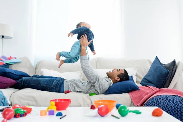 padre recoger bebé - padre que se queda en casa fotografías e imágenes de stock