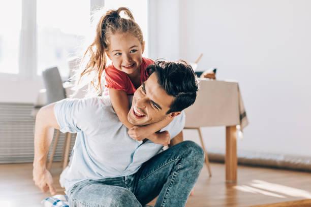 Vater spielt mit seinem kleinen Mädchen zu Hause – Foto