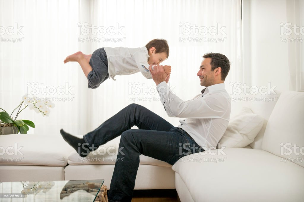father playing with his young son foto stock royalty-free