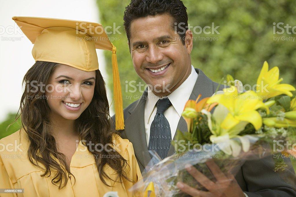 Padre orgullosos de muestra la graduación de unos hija - foto de stock