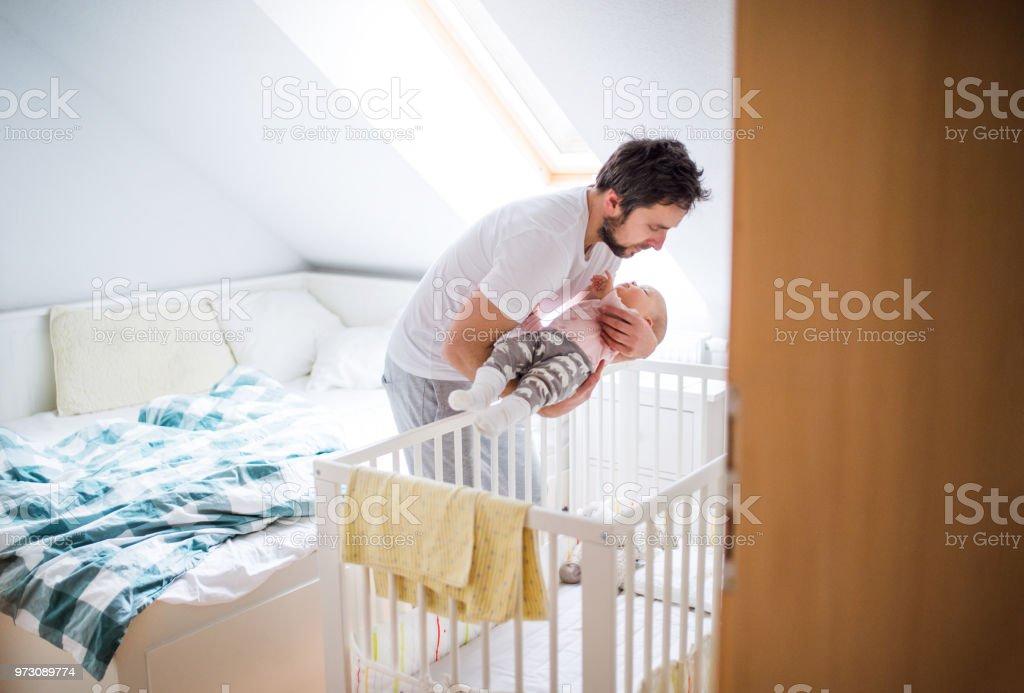 Vater, ein schlafendes Kleinkind Mädchen in die Wanne zu Hause. – Foto