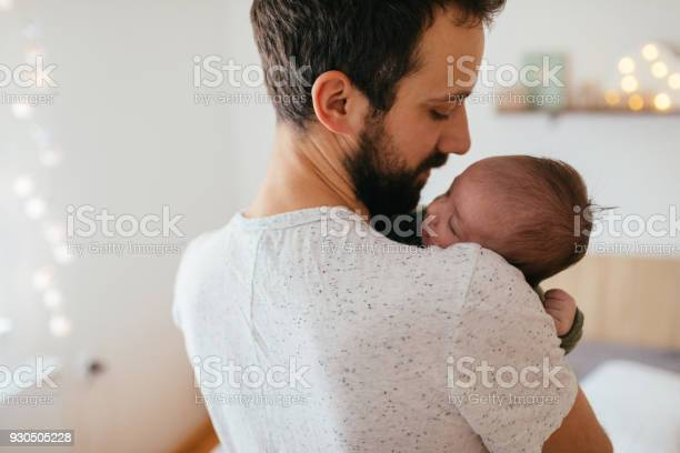 Father putting his baby to sleep picture id930505228?b=1&k=6&m=930505228&s=612x612&h=8 uwzgsigxpi6xxxsdlhgcydwcr0x3l0fjie645yolu=