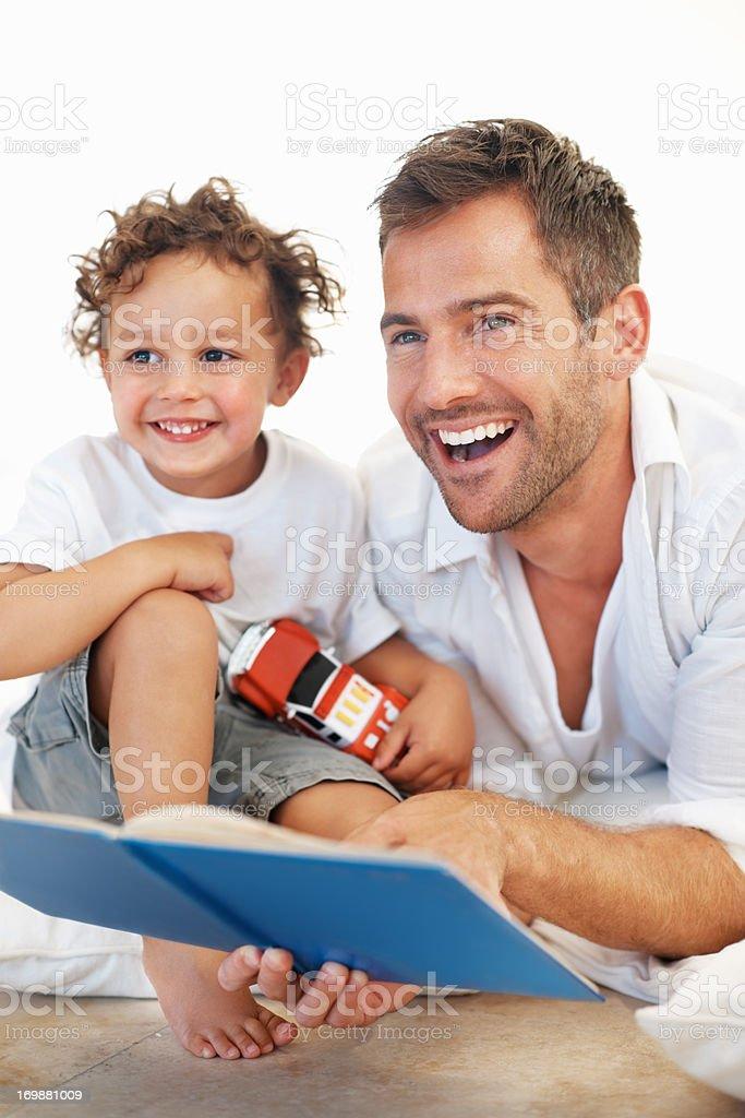 Vater liest Buch, Sohn Lizenzfreies stock-foto