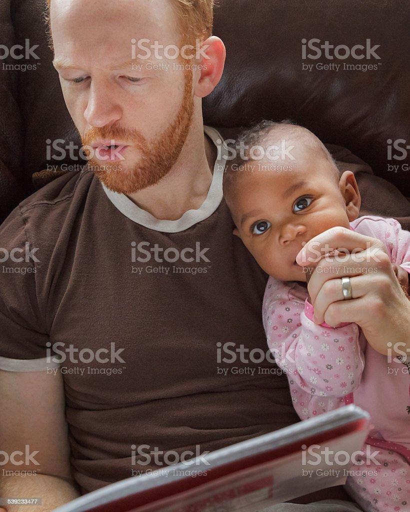 Padre leyendo storybook, hija bebé, adopta de ascendencia africana, little girl foto de stock libre de derechos