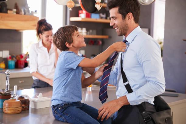 père de dire au revoir à fils, qu'il quitte pour le travail - cravate photos et images de collection