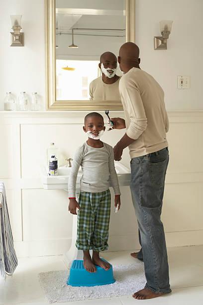 Vater mit Sohn Rasur (17.00 bis 19.00 Uhr) mit Rasieren Schaum Porträt von bo – Foto
