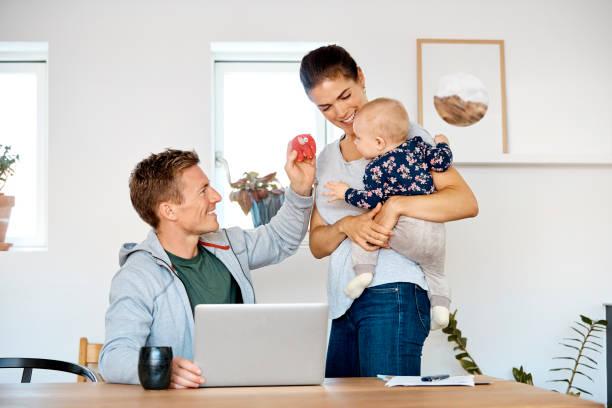 far visar leksak till baby pojke bärs av mor - working from home bildbanksfoton och bilder