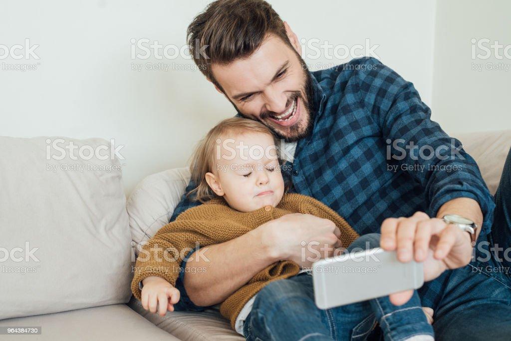 Vader nemen selfie met baby dochter - Royalty-free Aanhankelijk Stockfoto