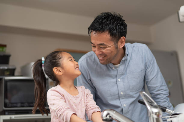 padre hablando con su hija en la cocina - padre que se queda en casa fotografías e imágenes de stock