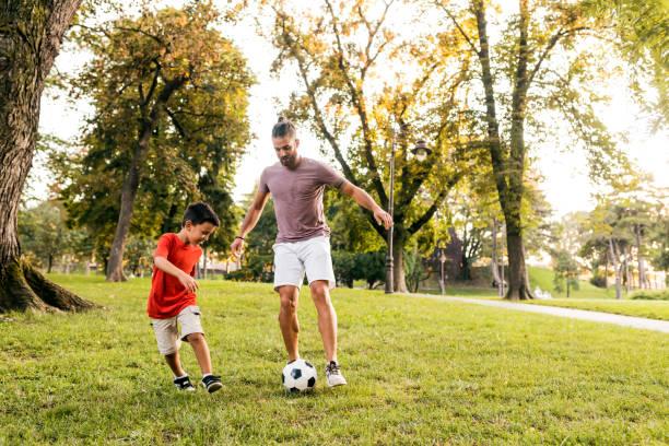 Père apprend à son fils Comment jouer au football - Photo