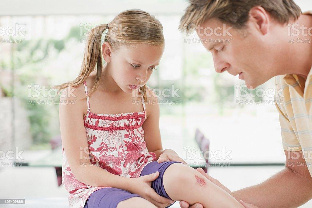 Père en répondant à leurs filles usé genou - Photo